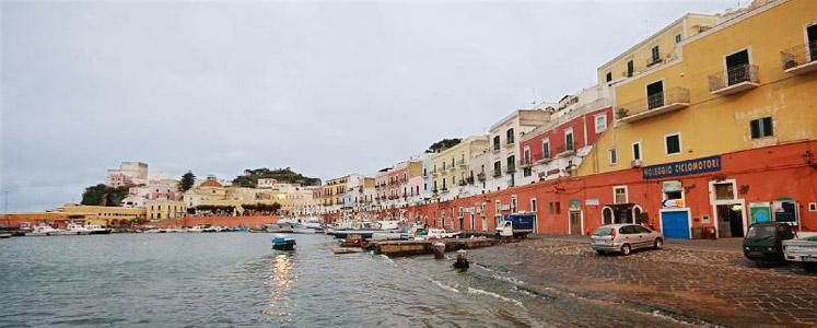 Ponza: meta turistica del Mar Tirreno famosa per la sua spiaggia Chiaia di Luna